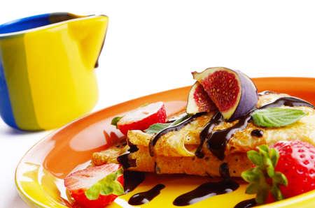 chocolate syrup: Crepes de fresa con jarabe de chocolate e higos encima primer blanco