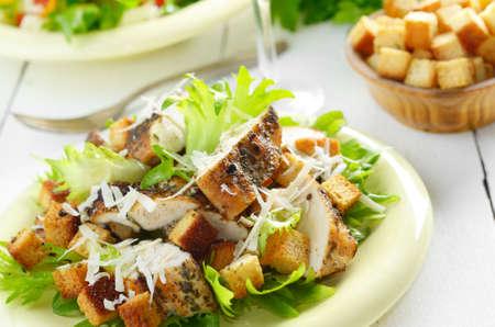 ensalada cesar: Caesar ensalada de pollo con parmesano rallado sobre la mesa blanca