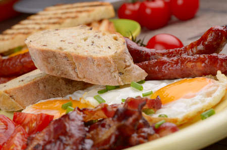 saucisse: ?ufs frits avec des saucisses et de bacon verts