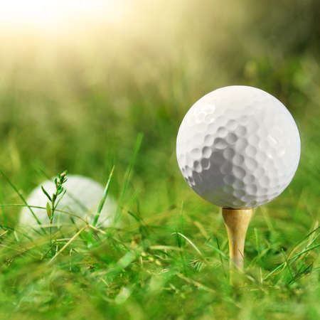 golf ball: White pelota de golf que se establece en la camiseta de bamb� Foto de archivo