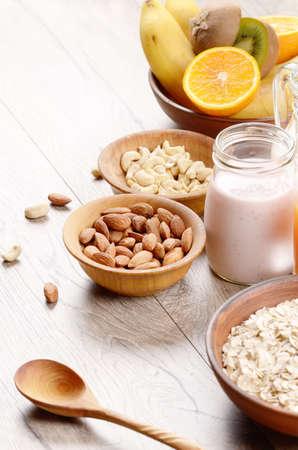 yogur: La avena con jugo de naranja yogur y frutos secos sobre la mesa de madera