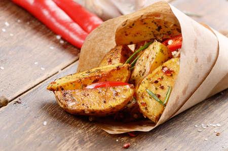 Gekochte und Bratkartoffeln mit Kräutern und Salz in Papier Standard-Bild - 50053316