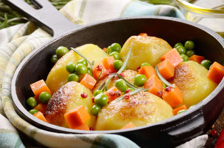 zanahoria: Pan of Boiled and baked potatoes with herbs vegetables and salt