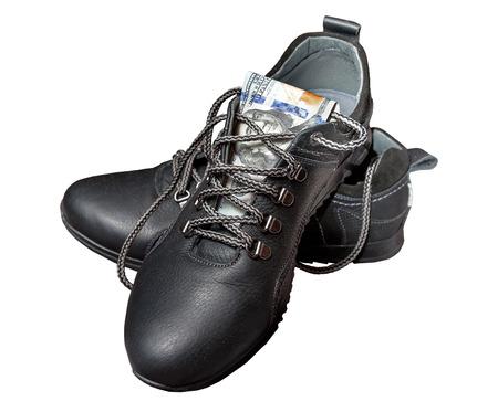 dolar: Zapatos y Dolar. Aislado en el fondo blanco Foto de archivo