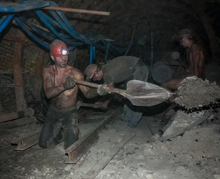 mineria: Donetsk, Ucrania - Agosto 16, 2013: Los mineros realizan trabajo manual pesado en condiciones de poca luz y polvoriento. El m�o se llama Chelyuskintsev Editorial