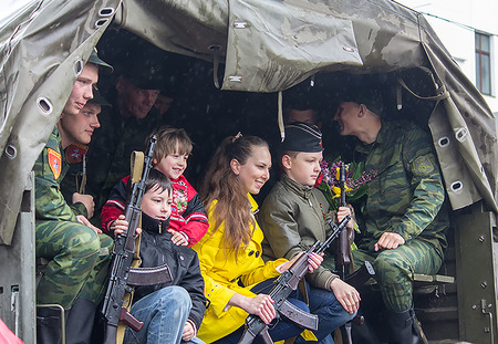 separatist: Donetsk - May, 9, 2015: Soldiers parade participants and residents of the city are photographed together