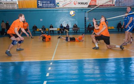 amateur: Makeevka, Ucrania - el 26 de de febrero de, 2013: Juego de torneo de voleibol episodio entre los equipos de aficionados minas de carb�n Editorial
