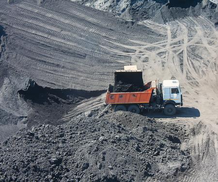 camion minero: Camión en la carga de carbón en la mina de carbón
