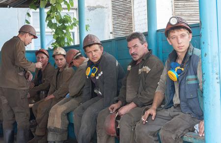 trabajando duro: Ugledar; Ucrania - 17 de julio; 2013: Los mineros de carbón Mina Sur Donbass ?1 humo antes de entrar en trabajos subterráneos
