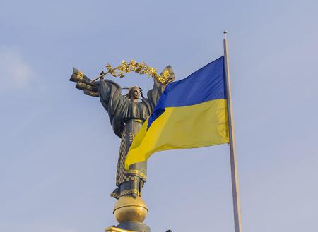 angel de la independencia: El monumento de la Independencia y la bandera de Ucrania en Kiev. El centro de una capital