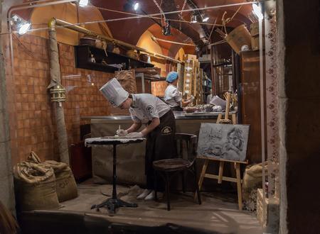 chocolatería: Lviv, Ucrania - 18 de octubre de 2015: confiteros trabajan para un taller de chocolate escaparate