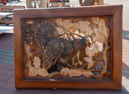 talla en madera: Kiev, Ucrania - 22 septiembre 2015: El trabajo de maestros de la talla de madera en la exposición del equipo de la madera
