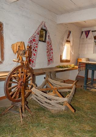campesinas: Rueca y utensilios en la antigua choza campesina. Pirogovo, Ucrania Editorial