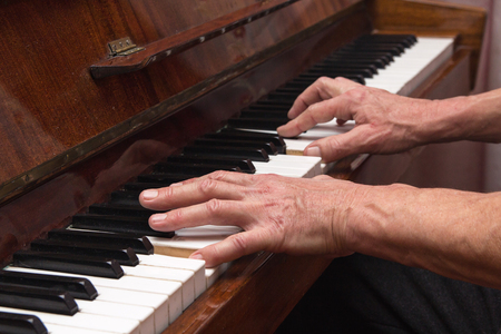 pianista: Manos pianista tocando el piano clásico. Música