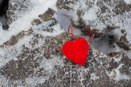 hilo rojo: Coraz�n de hilo rojo en un viejo tronco de un �rbol. Amor