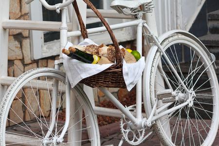 tiendas de comida: Bicicleta vieja y cesta de mimbre de fruta. Decoración Foto de archivo