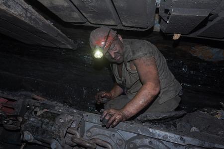 carbone: Donetsk, Ukraine - August, 16, 2013: Miner repairs coal mining combine. Mine name Chelyuskintsev