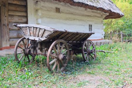 pirogovo: Ancient wagon Ukrainian peasants near the house. Pirogovo, Ukraine
