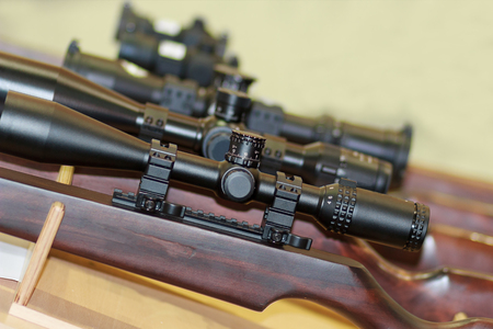 Stand with hunting rifles with telescopic sights. Weapon Standard-Bild