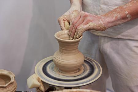 alfarero: Las manos de un alfarero toma de jarro. profesiones