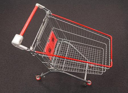 carretilla de mano: Carro de compras en una vista desde arriba de la alfombra gris