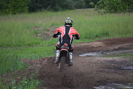 motociclista: Motorcyclist overcomes the track to compete in motocross. Sport