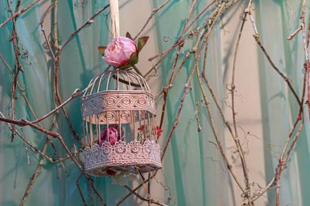 Rosas y hermosa jaula de pájaro de la vendimia. decoración de la boda Foto de archivo