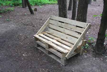 Bench made of wooden pallets in the park Foto de archivo