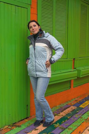 colorido: Mujer en una chaqueta en pie las paredes de colores. Gente