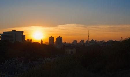 夕日の丘から町の全景。キエフ、ウクライナ