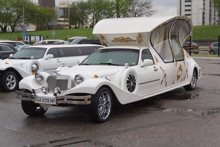 Kiev, Oekraïne - 15 april 2016: Luxe bruiloft limousine op de parkeerplaats is te huur