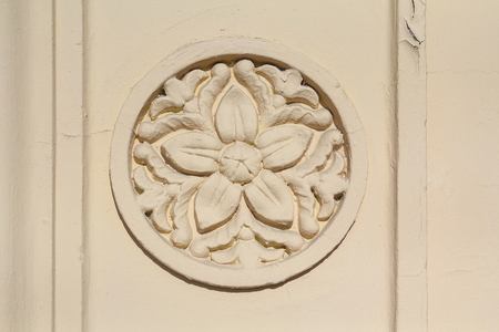relievo: Bas-relief with a flower pattern on the wall. Architecture Stock Photo