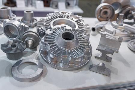 Produits métalliques fabriqués par des techniques de coulée en gros plan. Industrie