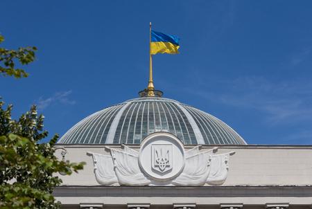 ウクライナの旗はキエフで議会に手を振って
