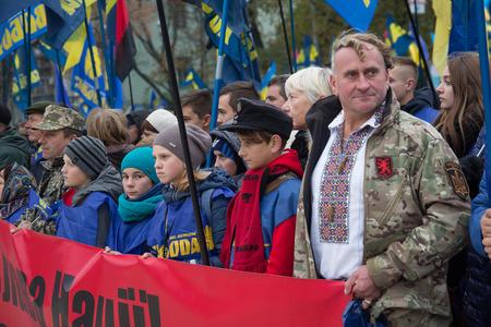 """Kiev, Ukraine - le 14 Octobre, 2016: Les partisans du Parti nationaliste """"Svoboda"""" pendant nastviyaav honneur du défenseur de la Patrie. Le slogan transporant """"Gloire à la nation! Mort aux ennemis"""" dans la langue ukrainienne"""