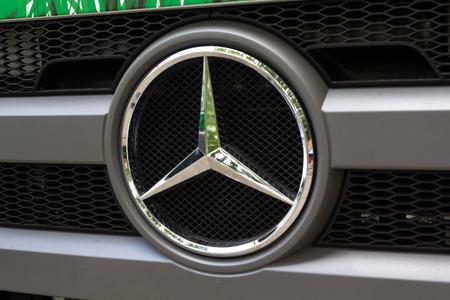 Kiev, Ukraine - 8 juin 2018: Logotype du camion Mercedes-Benz sur la cabine de la voiture