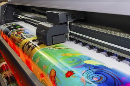 Macchina da stampa di grande formato in funzione. Industria Archivio Fotografico