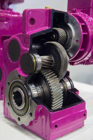 Boîte de vitesses sur grand moteur électrique à l'usine d'équipements industriels close up