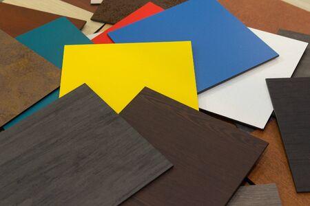 Mehrfarbige Muster von Verbundwerkstoffen für die belüfteten Fassaden im Showroom. Konstruktion