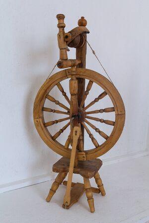 Ancient retro wooden spinning wheel. Standard-Bild