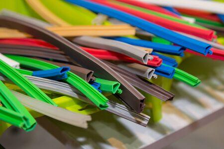 Variedad de perfiles de caucho extruido de colores (sello). Industria