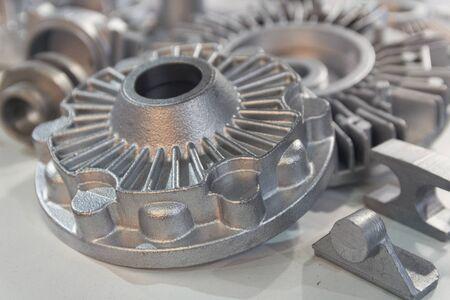 Prodotti in metallo realizzati con tecniche di fusione in primo piano. Industria