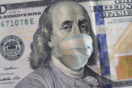 100-Dollar-Banknote mit Gesichtsmaske. Weltkrise