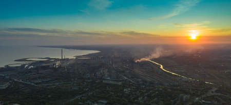 Industrial city in summer. On the horizon, a metallurgical plant near the sea. Aerial view. Mariupol, Ukraine - Drone Hyperlapse Foto de archivo