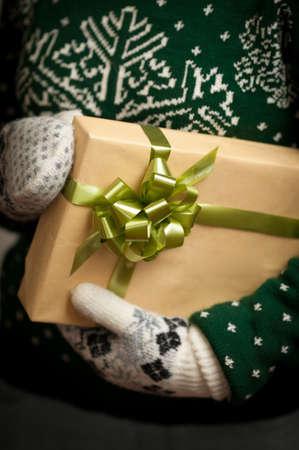 Regalos de Navidad. Mitones de punto. Vestido de punto. Caja con regalos. Presente. Foto de archivo