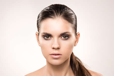 Schoonheid portret van meisje met naakte make-up. Stockfoto