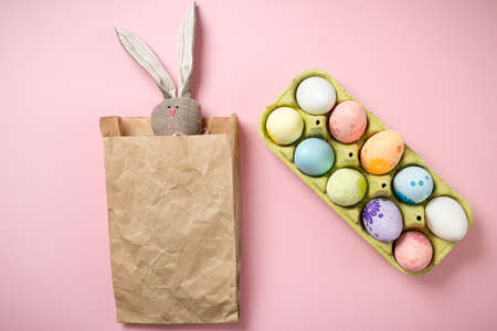 Easter Bunny in a crumpled paper bag Banque d'images