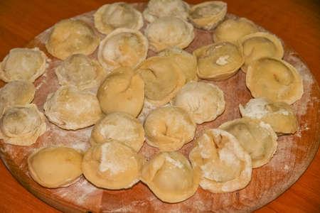 ペルメニ - 中国料理モモのウクライナ版 - 肉の詰め物と生地から料理。