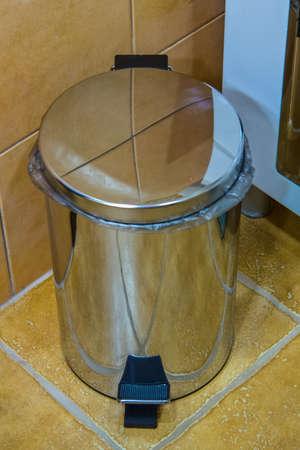 Contenedor de basura con tapa mecánica de acero inoxidable en el baño Foto de archivo - 98302457