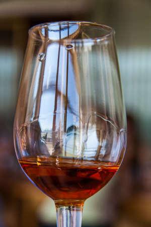 Una copa de vino añejo Foto de archivo